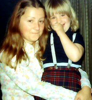 Cecilie med lillesøster på skødet