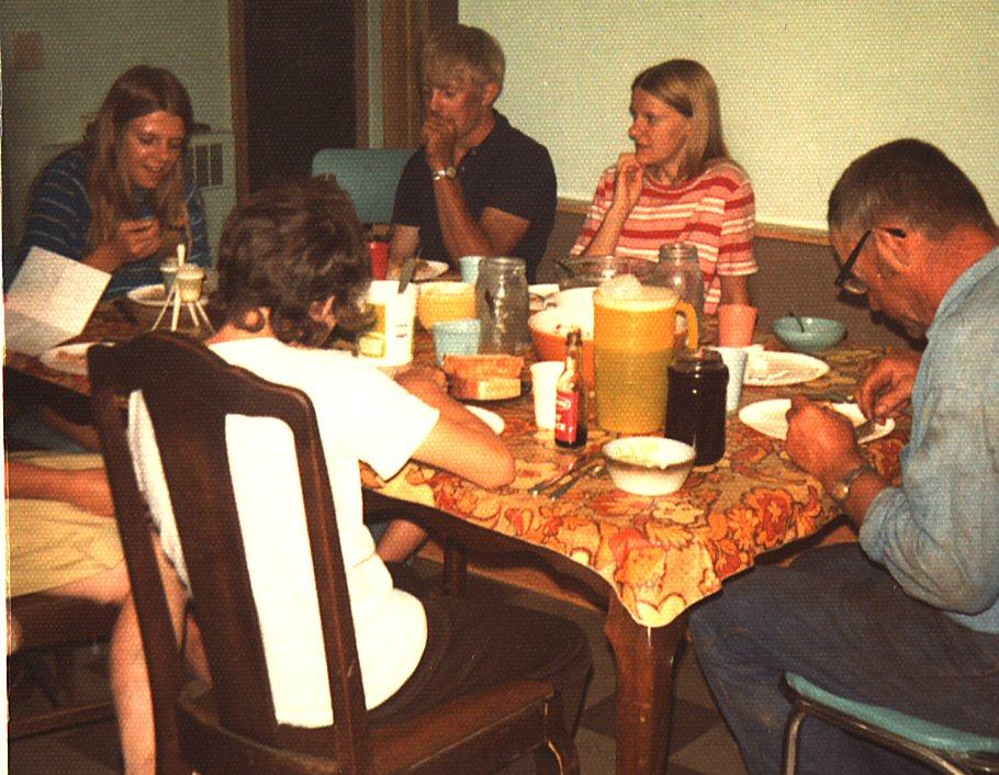 Charlotte, Sarah (med ryggen til), Steven, Amy og Bernard under høsten august 1972